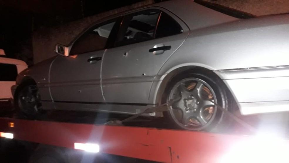 Carro em que os suspeitos estavam também foi apreendido com marcas de tiros em Palmital  — Foto: The Brothers/Divulgação