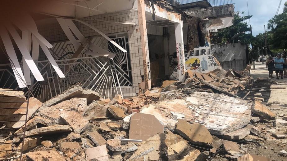 Fachada de prédio desaba e deixa moradores presos em área nobre de Fortaleza