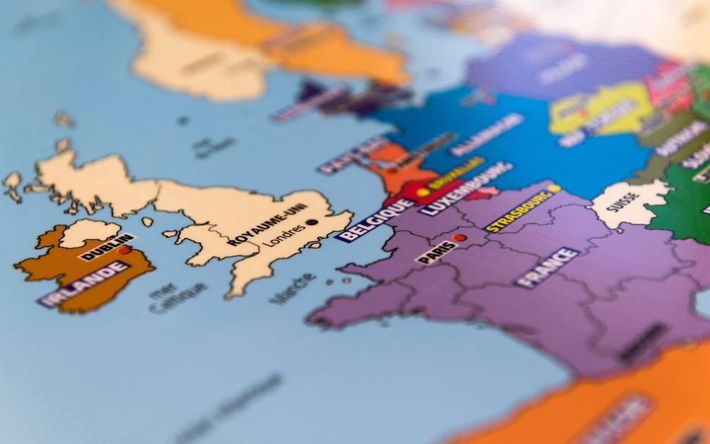 Mapas que sinalizam o Reino Unido já fora da União Europeia são impressos na editora Aedis, em Lempdes, na quinta-feira (28) — Foto: Thierry Zoccolan / AFP