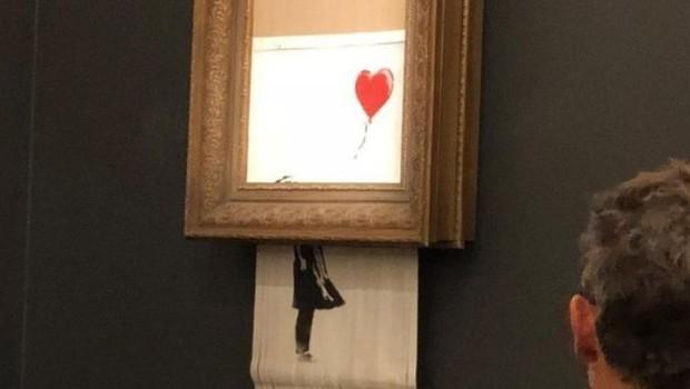 Obra de Banksy foi cortada logo depois de ser vendida (Foto: Sotheby's via BBC)