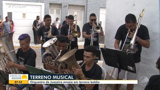 Músicos se reúnem em terreno baldio para ensaiar orquestra, em Juazeiro, norte do estado