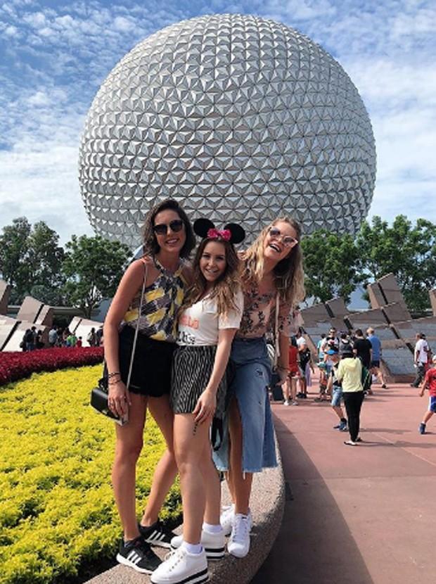 Carla Diaz entre as amigas Isabela Cunha e Luiza Pepe no Epcot Center (Foto: Reprodução/Instagram)