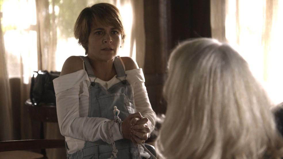 Helô diz a Mág que precisa de um médico (Foto: TV Globo)