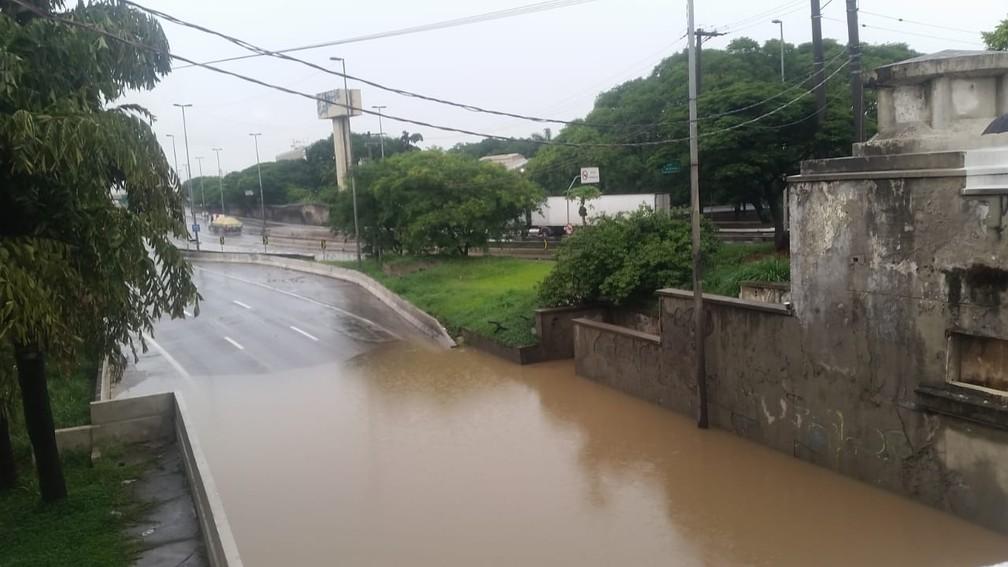 Marginal Tietê está alagada embaixo da Ponte das Bandeiras, na Zona Norte de SP, após temporal — Foto: Tatiana Santiago/G1