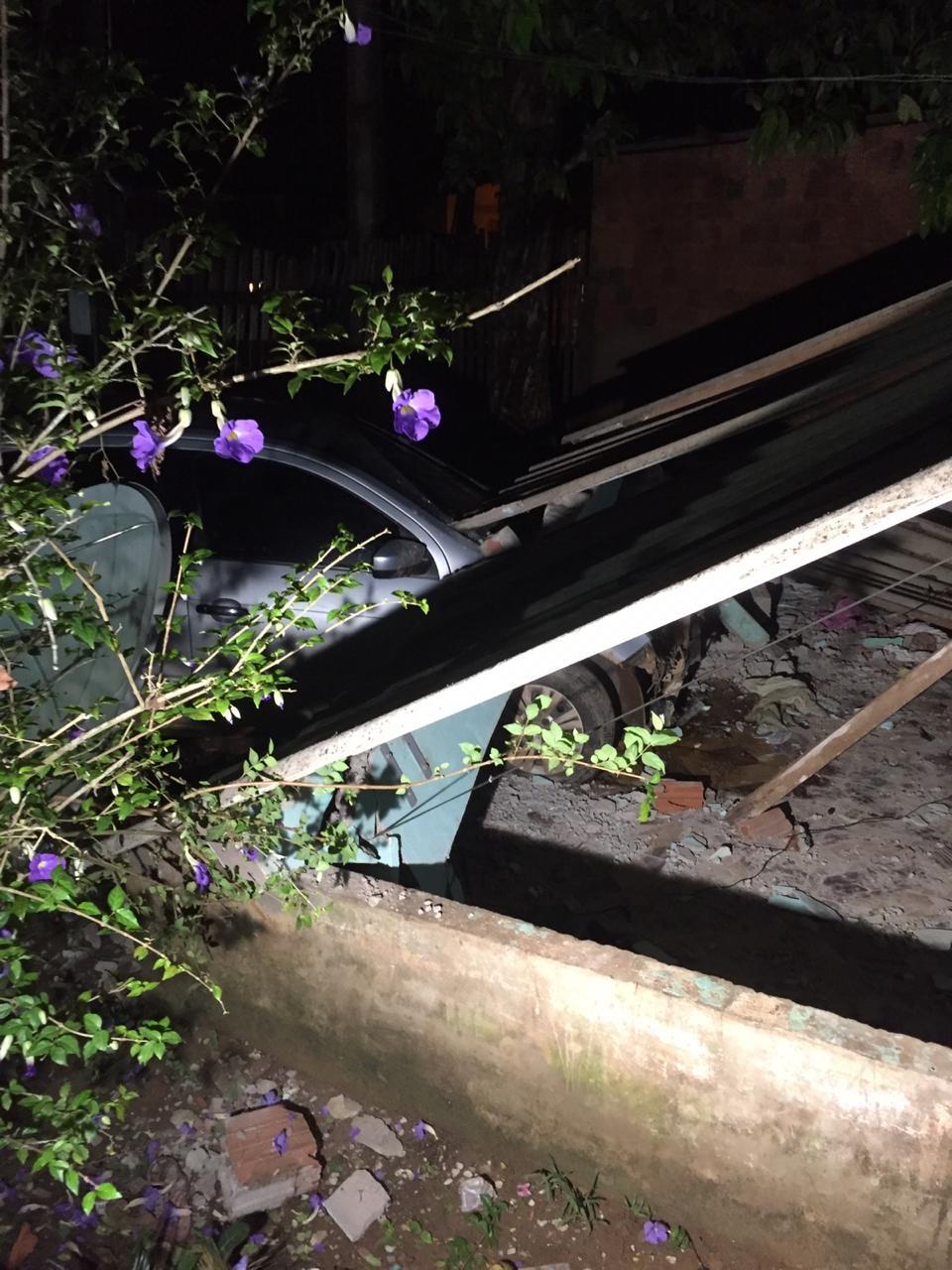 No AC, homem fica em estado grave após carro invadir casa e cobertura desabar em cima dele  - Notícias - Plantão Diário