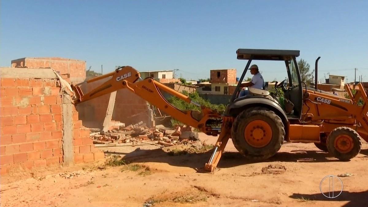 Casas são demolidas em área de preservação ambiental no Lagomar, em Macaé, no RJ