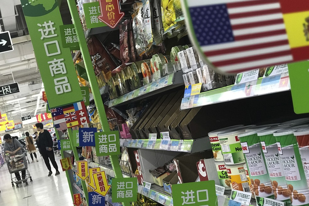 Produtos importados dos EUA em um mercado de Pequim, China. (Foto: AP Photo/Andy Wong)
