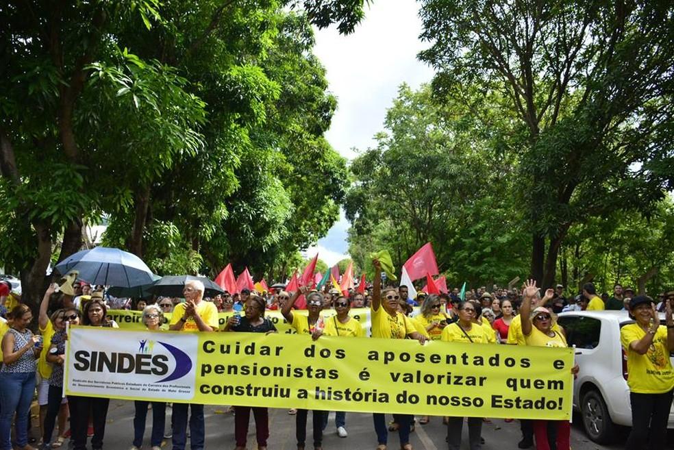Servidores de Mato Grosso fizeram protesto contra o governo nesta terça-feira em Cuiabá — Foto: Sintep-MT