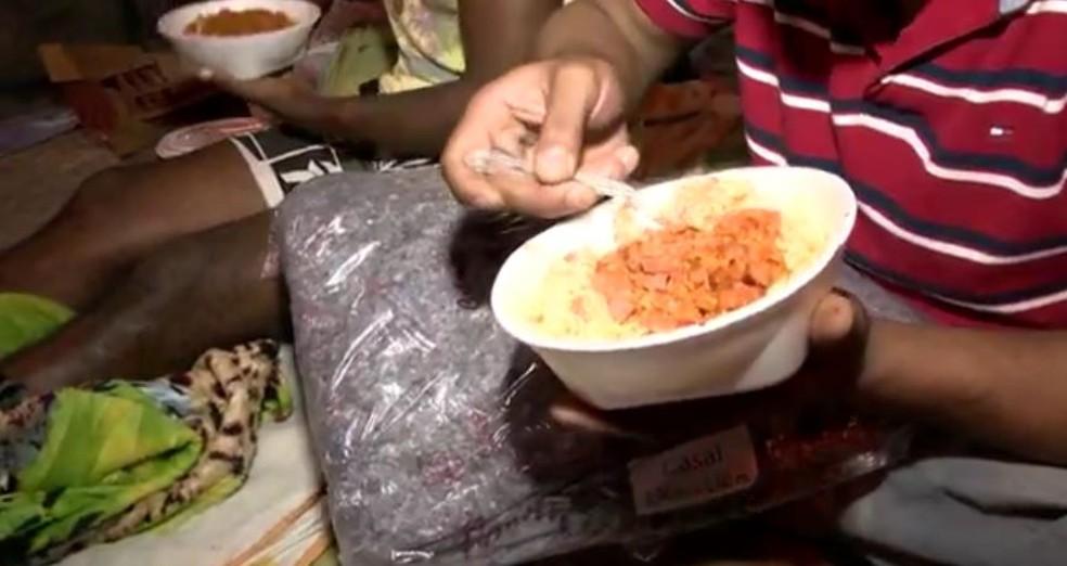 Projeto de Curitiba prevê multa para quem distribuir alimentos aos sem-teto sem autorização da prefeitura. — Foto: Reprodução/TV Gazeta