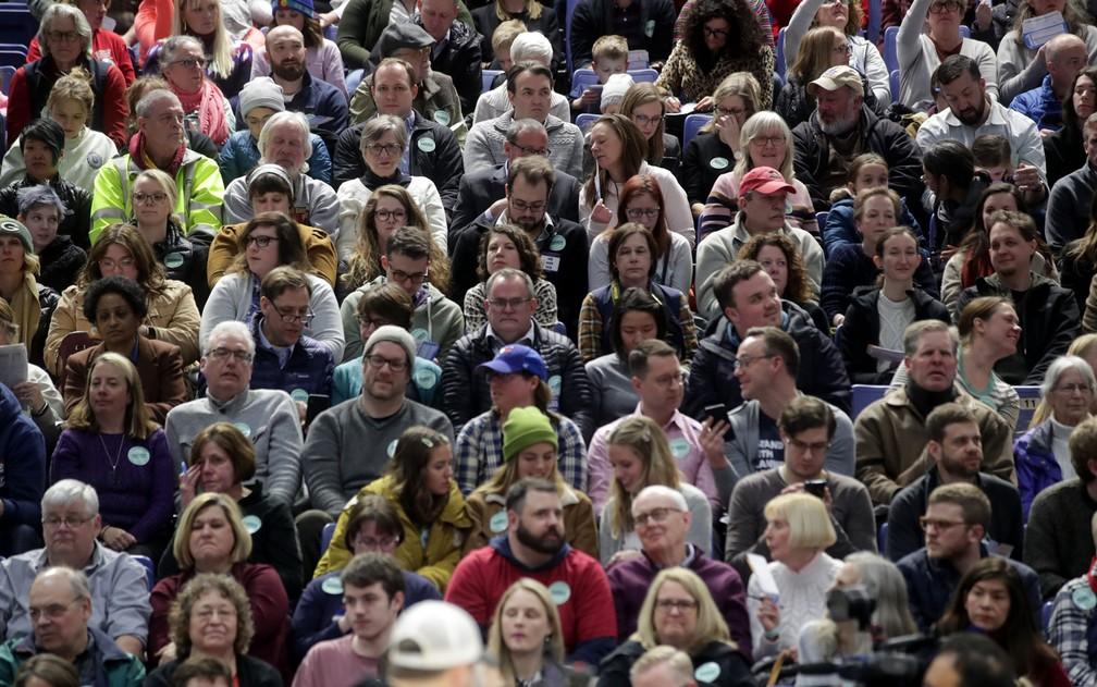 Eleitores aguardam contagem em um ginásio, durante caucus em Des Moines, Iowa, na segunda-feira (3) — Foto: Reuters/Jonathan Ernst