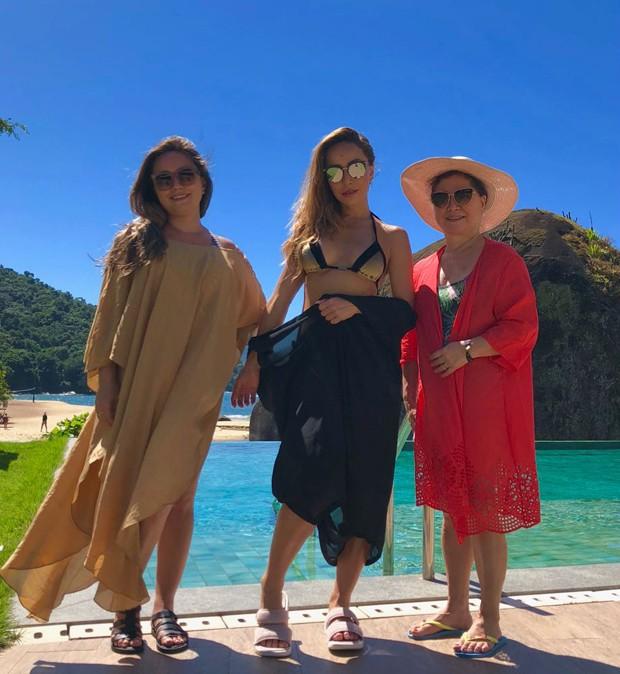 Sabrina Sato com a irmã, Karina, e a mãe, Kika (Foto: Reprodução)