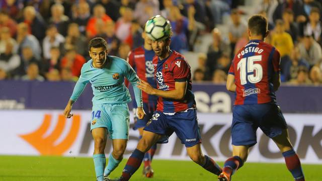O brasileiro Philippe Coutinho marcou três gols mas não evitou a derrota do Barcelona para o Levante