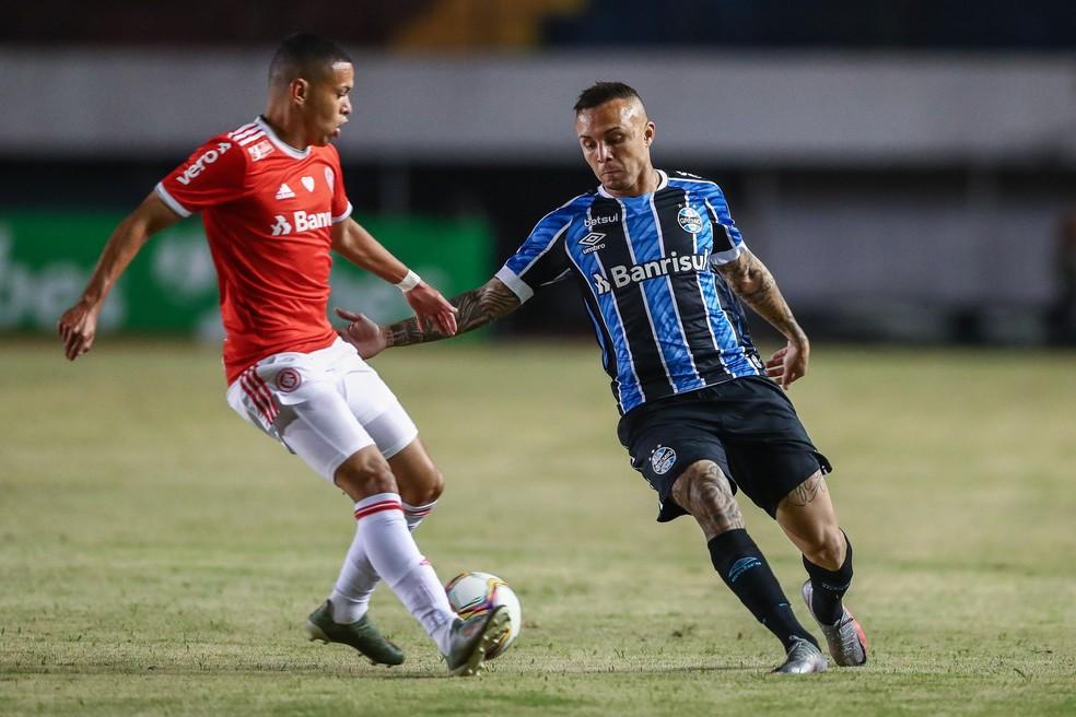 Everton aplicou uma caneta em Marcos Guilherme no último Gre-Nal — Foto: Lucas Uebel/Grêmio
