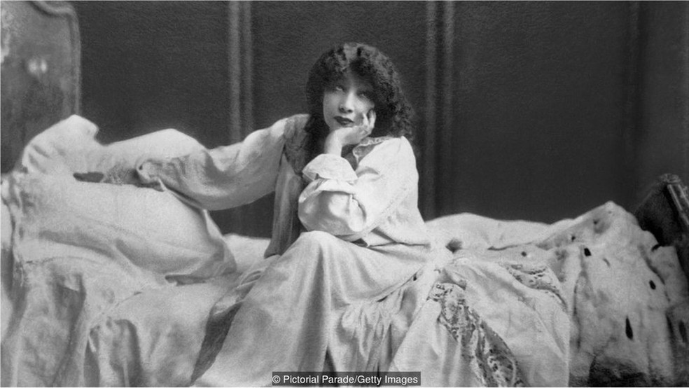 Bernhardt continuava a desempenhar papeis de mulheres jovens em melodramas românticos apesar de sua idade, como nesta produção de Camille, de 1913 (Foto: Pictorial Parade/Getty Images)
