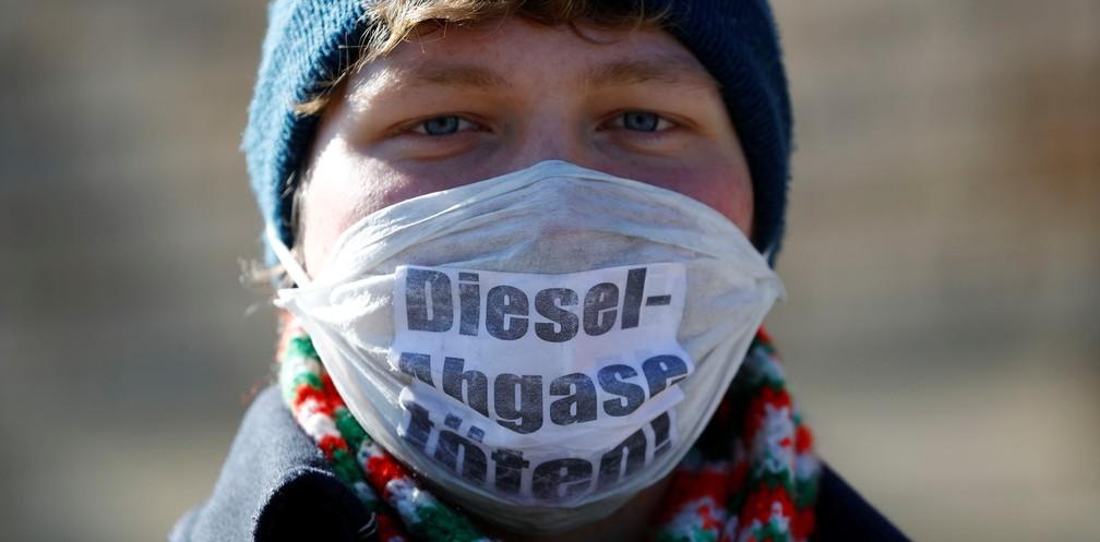 Ativista protesta contra o uso de diesel em frente a corte federal alemã, em Leipzig, na Alemanha, nesta terça-feira (27) (Foto: Fabrizio Bensch/Reuters)