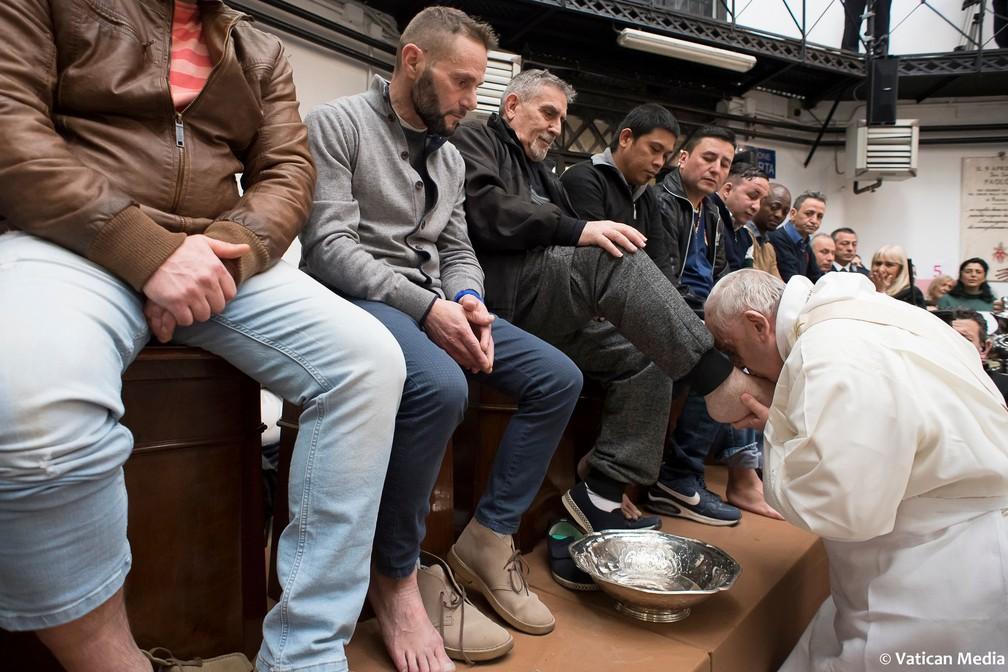 Papa Francisco lava e beija pés de presos não católicos nesta quinta-feira (29) em prisão de Roma (Foto: Vatican Media via AP)