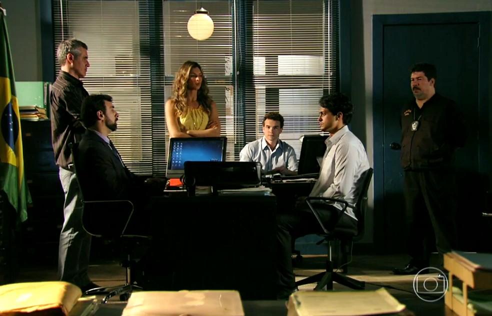 Delegado diz a Hélio (Raphael Vianna) que ele está sendo enganado por Dionísio (Sérgio Mamberti) - 'Flor do Caribe' — Foto: Globo