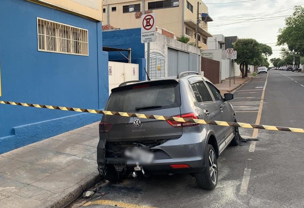 Carro ficou parcialmente destruído em rua de Rio Preto — Foto: Renato Pavarino/G1