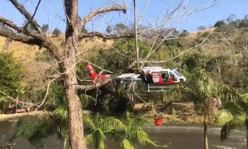 Helicóptero Águia da PM foi acionado para combater foco de incêndio na Serra do Japi— Foto: Fernanda Elnour/TV TEM