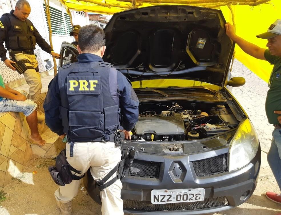 Homem foi preso responderá pelo crime de receptação após ser flagrado com um carro roubado — Foto: Divulgação/FPI