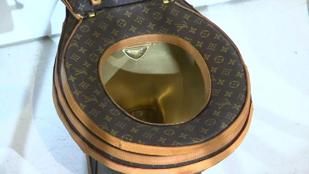 Privada da Louis Vuitton vem estampada com ícones da marca (Foto: BBC)