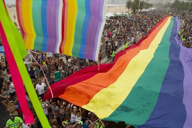 Multidão toma a orla de Copacabana durante a 21ª Parada Gay, no Rio
