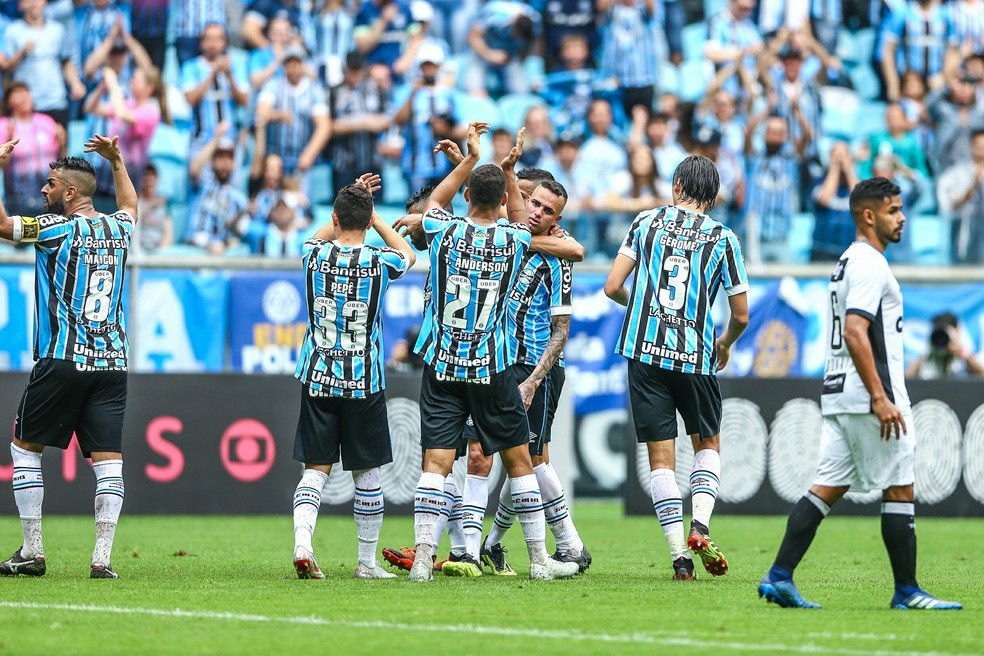 Luan ganha carinho dos companheiros após o gol salvador — Foto: Lucas Uebel/Grêmio FBPA