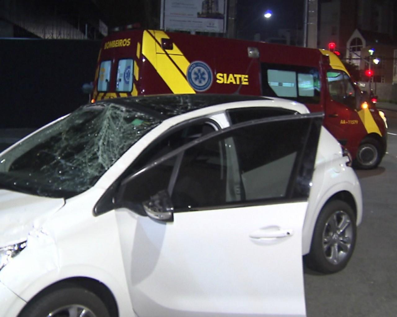 Carro capota perto de viaduto no Alto da Glória, em Curitiba; câmera flagra momento do acidente - Notícias - Plantão Diário