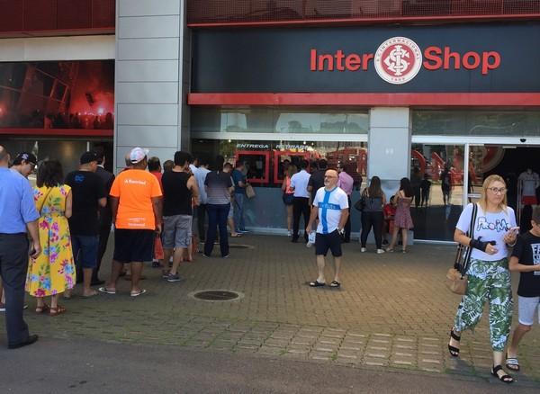 cubo evasione costantemente  Torcedores do Inter formam fila no Beira-Rio em primeiro dia de vendas da  nova camisa   internacional   ge