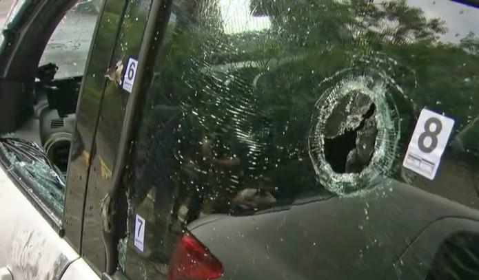 Do lado esquerdo do carro que levava a vereadora Marielle Franco ficaram as marcas por onde os tiros saíram, segundo a perícia (Foto: Reprodução/TV Globo)