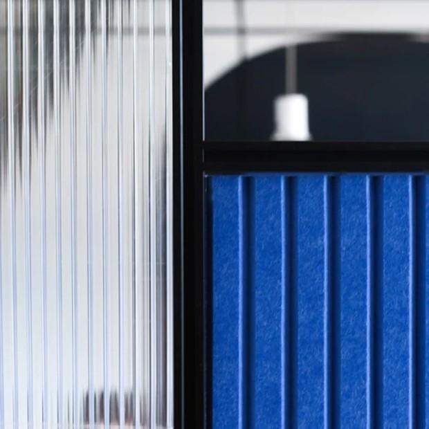 As divisórias são feitas de um plástico reciclado, que possui propriedades acústicas  (Foto: Space 10/ Reprodução)