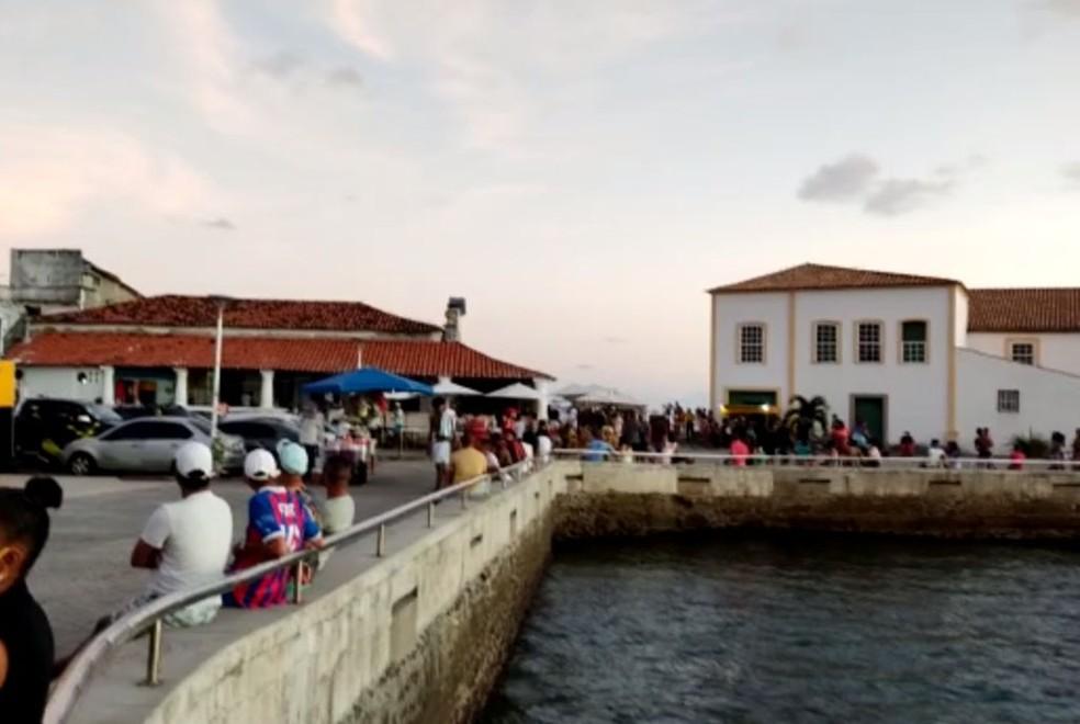 Moradores registram aglomeração em praias e restaurantes da Cidade Baixa, em Salvador. Na foto: Ponta de Humaitá — Foto: Reprodução/TV Bahia