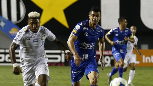 Marinho, do Santos, e Egídio, do Cruzeiro, na Vila Belmiro