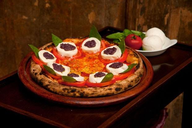 Pizza caprese é uma opção leve e saborosa (Foto: Divulgação )
