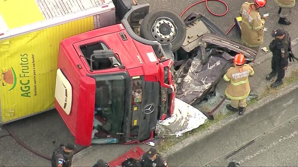 Caminhão atinge carro em acidente na Avenida Brasil, altura de Irajá — Foto: Reprodução/ TV Globo