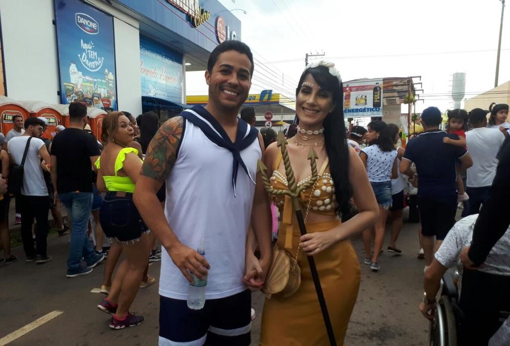 Casal se veste de marinheiro e de sereia para curtir BQVV em Porto Velho.  — Foto: Ana Kézia Gomes/G1