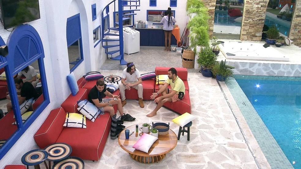Caio, Fiuk e Gilberto conversam sobre quem devem indicar ao Paredão de domingo — Foto: Globo