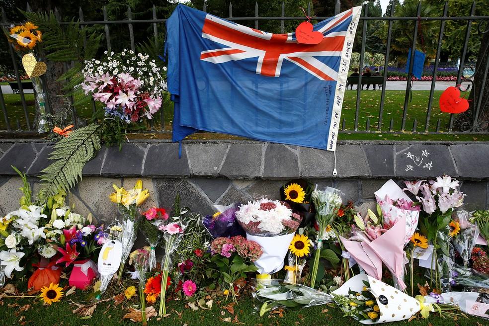 Flores são deixadas perto da mesquita de Linwood, em Christchurch, em homenagem às vítimas dos ataques de sexta-feira (15) — Foto: Edgar Su/Reuters