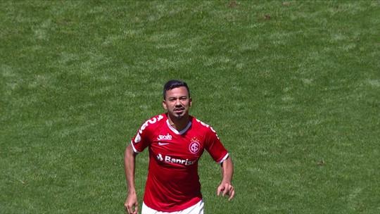 """Neilton aproveita brecha, se destaca no Inter e ganha pontos com Odair: """"Deu boa resposta"""""""