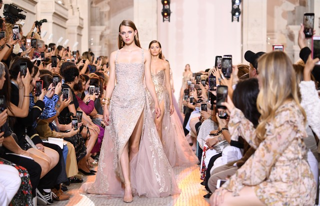 PARIS, FRANCE - JULY 04:  Models walk the runway during the Elie Saab Haute Couture Fall Winter 2018/2019  show as part of Paris Fashion Week on July 4, 2018 in Paris, France.  (Photo by Pascal Le Segretain/Getty Images for Elie Saab) (Foto: Getty Images for Elie Saab)