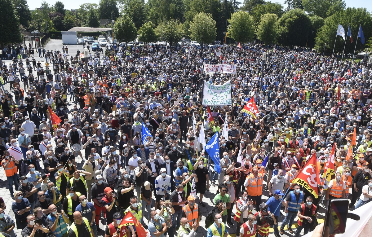 Thousands protest against Renault layoffs in France