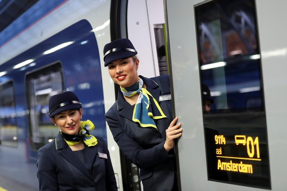 Funcionárias do trem da Eurostar entre Londres e Amsterdã posam para foto na estação de St Pancras, em Londres, no dia 20 de fevereiro de 2018  — Foto: Simon Dawson/Reuters