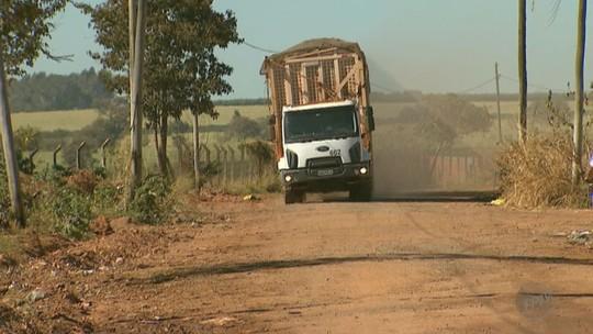 Moradores protestam contra a passagem de caminhões de cana-de-açúcar em rua de Bebedouro, SP