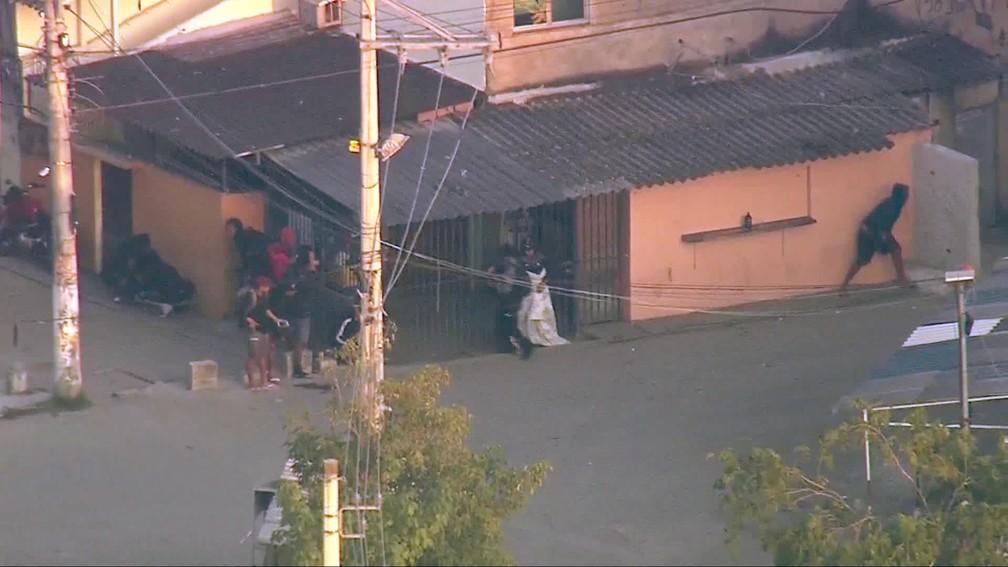 Criminosos se revezam no tiroteio na Cidade de Deus — Foto: Reprodução/TV Globo