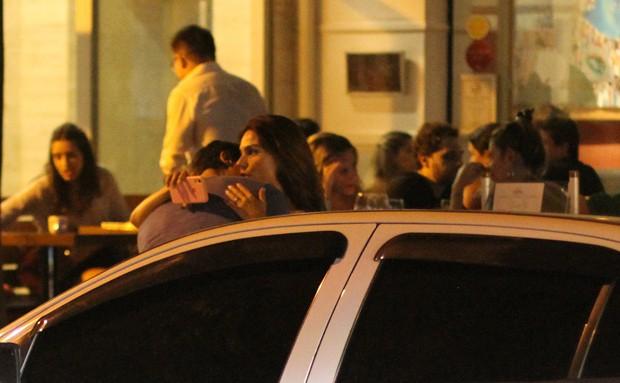 Isis Valverde curte noite romântica com o marido, André Resende (Foto: Daniel Delmiro / AgNews)