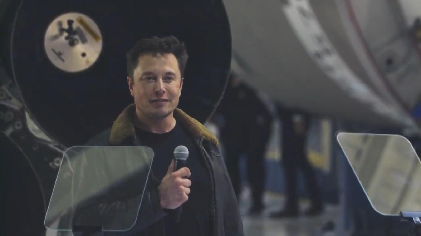 Elon Musk durante o comunicado nesta segunda-feira (Foto: Reprodução/YouTube)