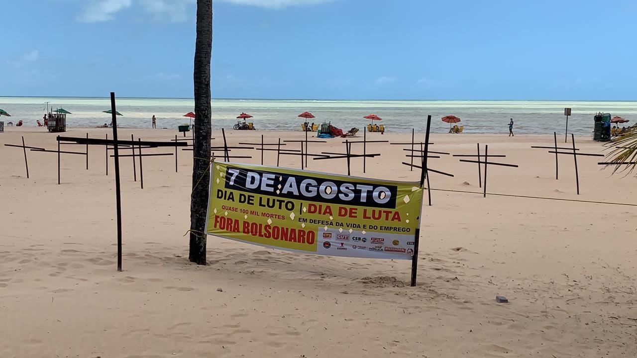 Cruzes na orla de João Pessoa lembram os quase 100 mil mortos por Covid-19 no Brasil