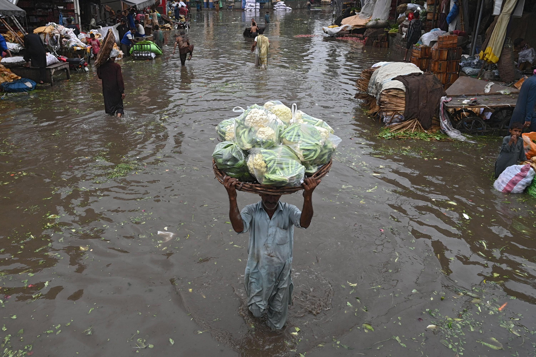 Chuvas alagam ruas do Paquistão; veja imagens desta quinta-feira (20)