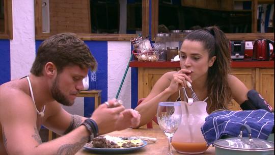Paula e Breno comem juntos