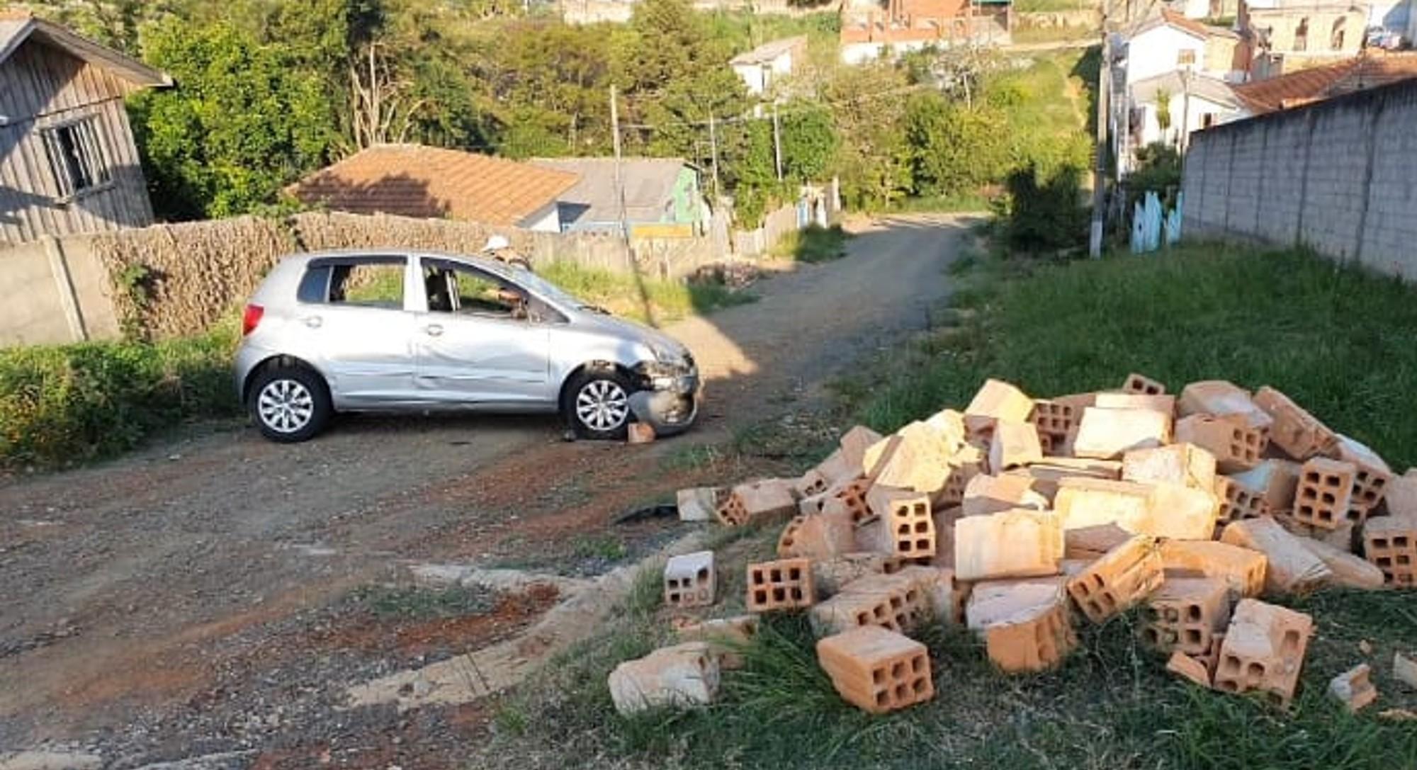 Carro perde freio, capota e quatro pessoas ficam feridas em Ponta Grossa, diz PM